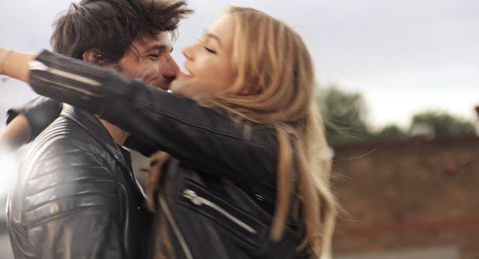 Modello e modella Swarovski pubblicità San Valentino con Foto - Testimonial Spot Pubblicitario Swarovski 2017