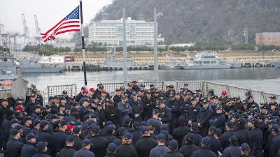 Militares estadounidenses en la base naval Yokosuka en Japón.
