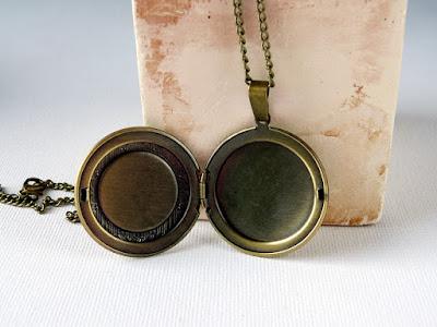 medalion z haftem, haftowana biżuteria, sekretnik vintage, biżuteria vintage, candy blogowe, rozdanie na blogu, giveaway,