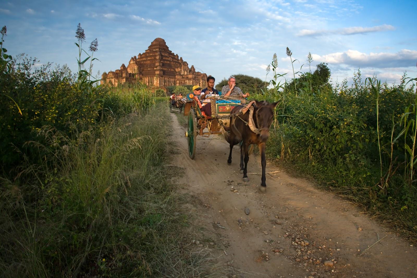 Bagan,Birma,Dorożki,turyści,pagody,