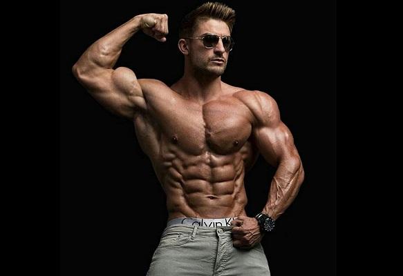 Hombre haciendo la pose de bíceps sin camiseta