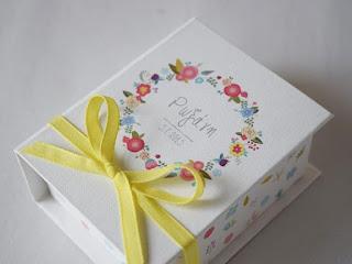 μπομπονιέρες κουτάκια με λουλουδάκια σε στεφανάκι για κοριτσάκι