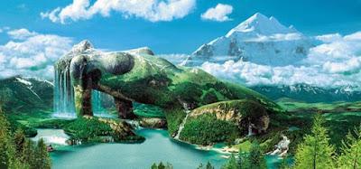 Imagen de Gaia, tumbada en un lago, simulando que su cuerpo es una montaña y su pelo una cascada.