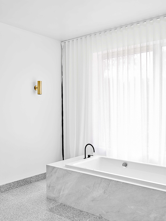 White bathroom curtains  | Est magazine