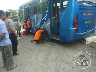 Pengen cepet ke Subang .. Eh, Bus kempes ban