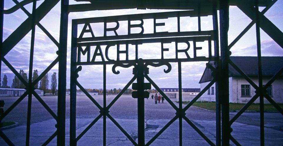Η πύλη εισόδου με τις λέξεις «Arbeit Macht Frei» ( «Η εργασία Φέρνει Ελευθερία») στο στρατόπεδο συγκέντρωσης του Νταχάου.