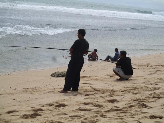 mancing di pantai sepanjang