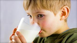 طفل يشرب الحليب