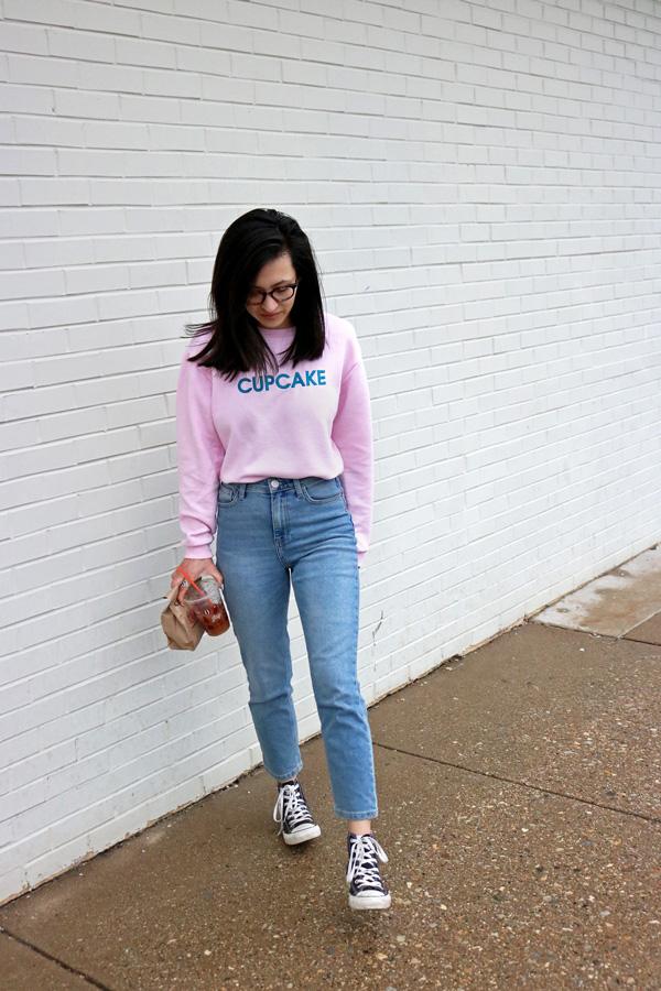 slogan sweatshirt mom jeans converse