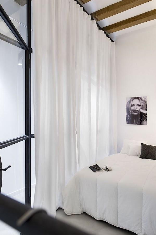 Muro de vidrio en dormitorio con cortinas