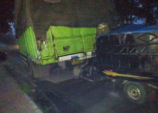 Mobil yang ditumpangi korban menabrak bagian belakang truk,