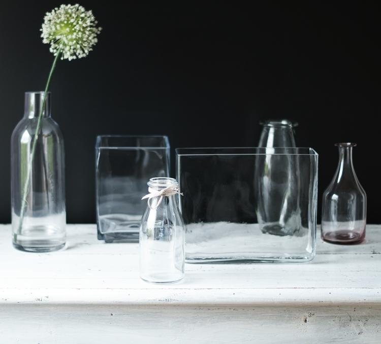 Bunt ist die Welt ... Vasen - Blog & Fotografie by it's me! - Sammlung von Glasvasen vor schwarzem Hintergrund