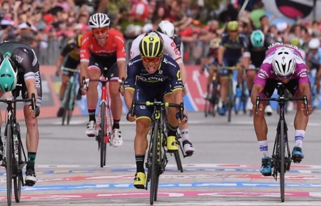Il Giro d'Italia in Puglia: Ewan beffa Gaviria in volata