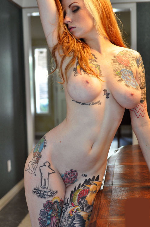 golaya-devushka-s-tatuirovkami-foto-blondinki-golie-v-posteli