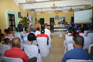 Alcaldesa y regidores se reúnen con comerciantes del municipio, discuten sobre Plan Dominicana Limpia.