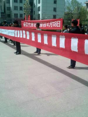 甘肃秦安县55位在岗代课教师昨天到县信访局上访(图)