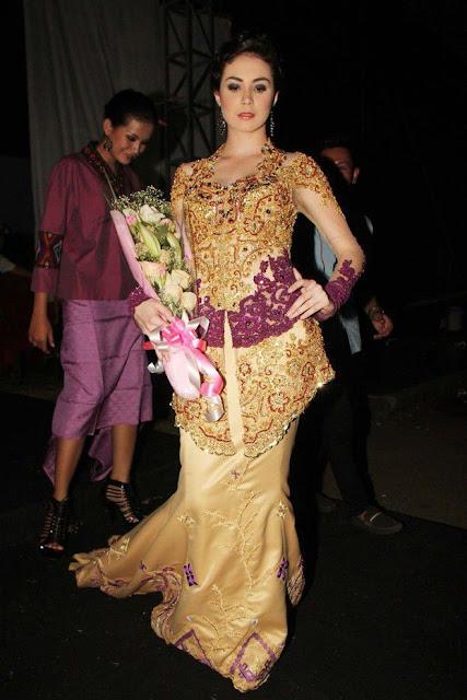 Saat memakai busana tradisional begini, Arumi terlihat berbeda.