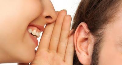muker susurrando al oído