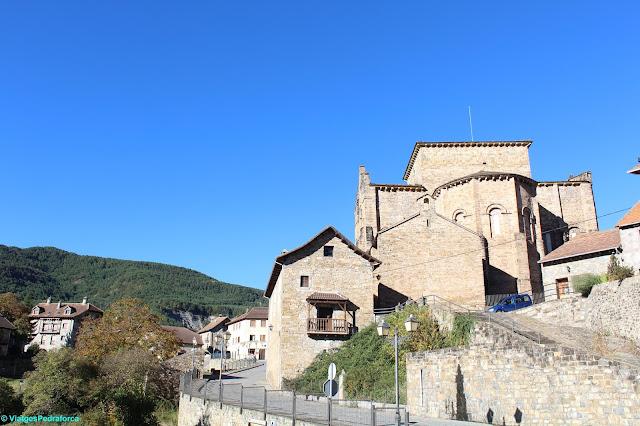 Valle de Hecho, Val d'Echo, art romànic, Pirineu Aragonès, colors de tardor, senderisme