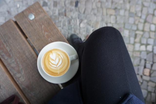 Cappuccino v Bonana Coffee Heroes v Berlíně