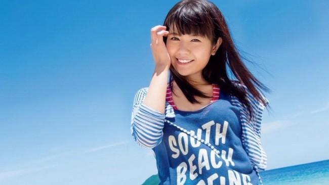 Ayana Taketatsu, aktorka głosowa, na tle błękitnego nieba
