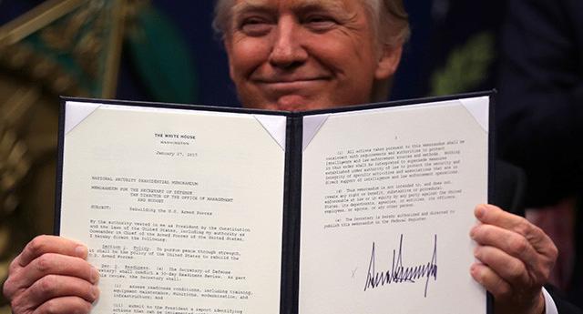 Grafóloga analiza qué dice la firma de Donald Trump sobre su personalidad