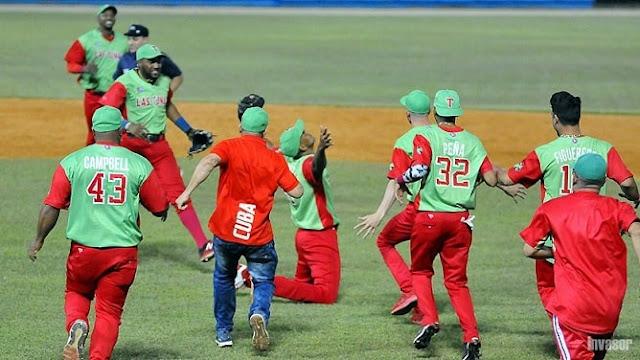 Yoelkis Cruz, de rodillas, se encargó de cerrar el quinto juego y final, para incluir a Las Tunas en la discusión del título de Cuba