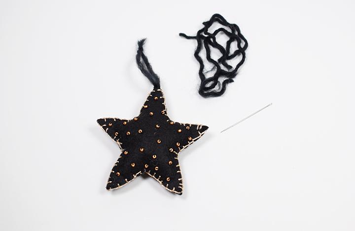 étape 5 diy étoiles de Noël en feutrine pour le sapin