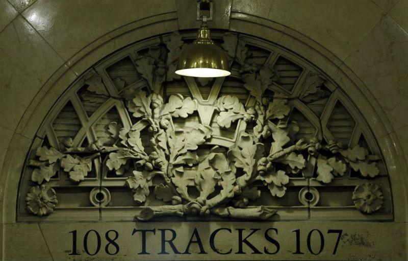Hojas de roble y bellotas representativas del apellido Vanderbilt en un tímpano de Grand Central Terminal