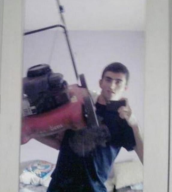 Que diabos é isso... tirar foto com o cortador de gramas