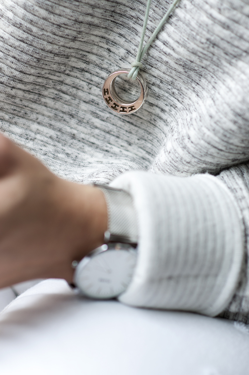sunday cocooning, jean blanc kiabi, pull blanc et Mason Jar NewLook, montre Cluse, Stan Smith