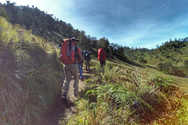 Para Pendaki Gunung Semeru yang begitu keren membawa keril