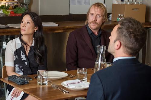 Jonny Lee Miller, Lucy Liu e Rhys Ifans encarnam, respectivamente, Sherlock, Watson e Mycroft na série Elementary