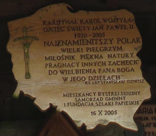 Wśród epitafiów umieszczonych w Kaplicy Matki Bożej Opiekunki Turystów.