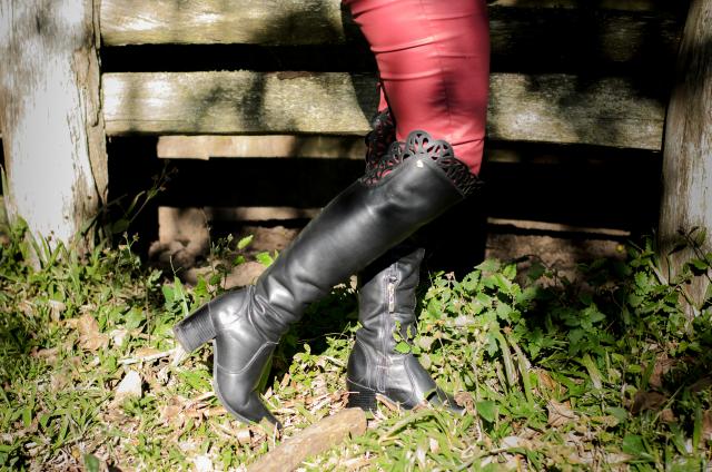 Skinny vermelha de couro sintético e bota over the knee preta