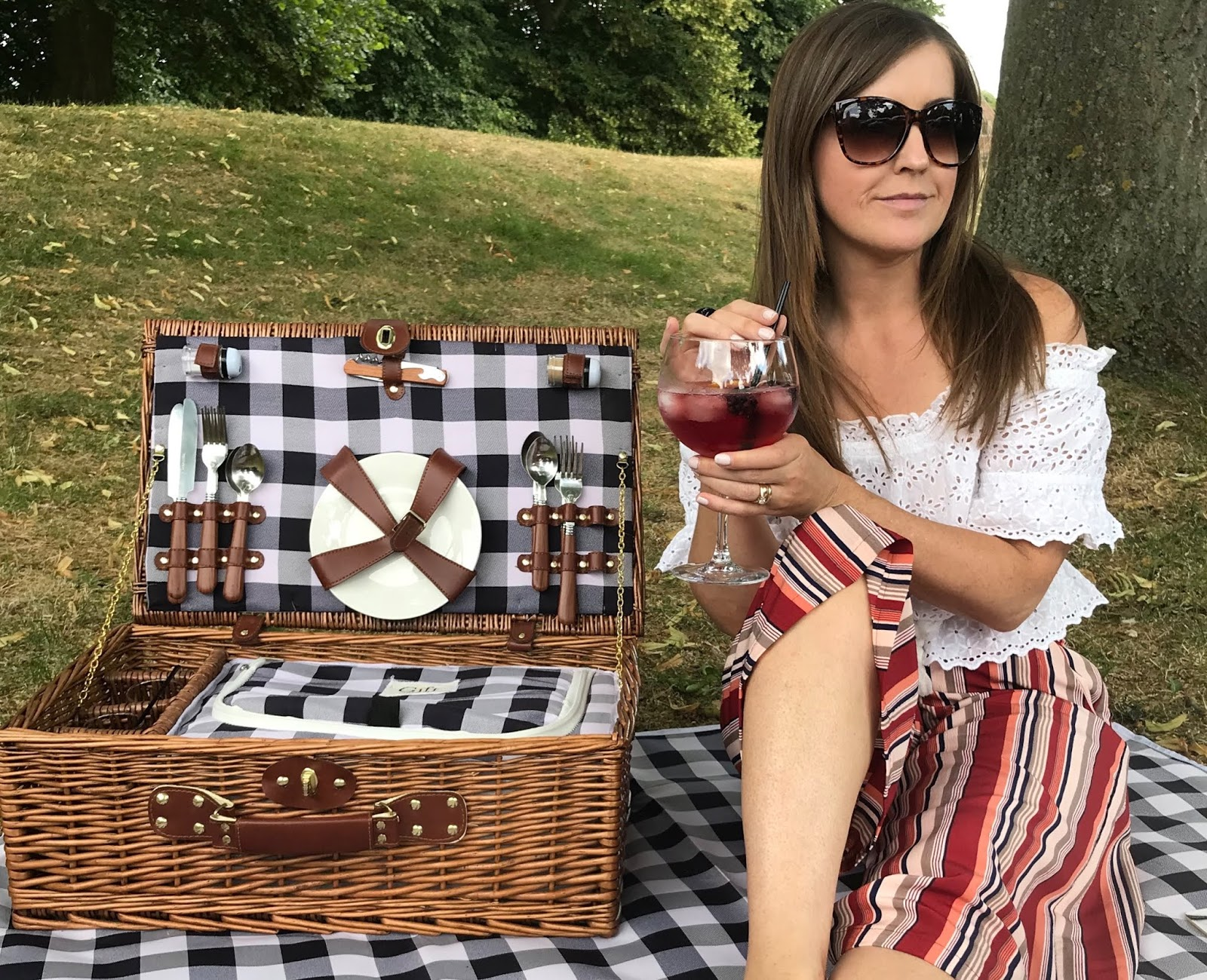 Gin and tonic picnic at Rufford Abbey and country park \ The Gift Company picnic hamper