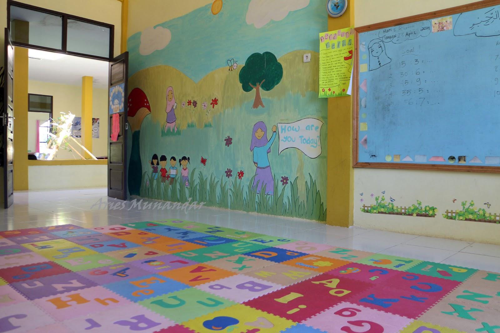 Ruang kelas lesehan menggunakan karpet berwarna-warni sebagai alas duduk siswa