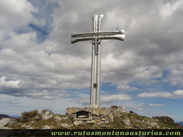 Cruz en la cima del Pico Moru