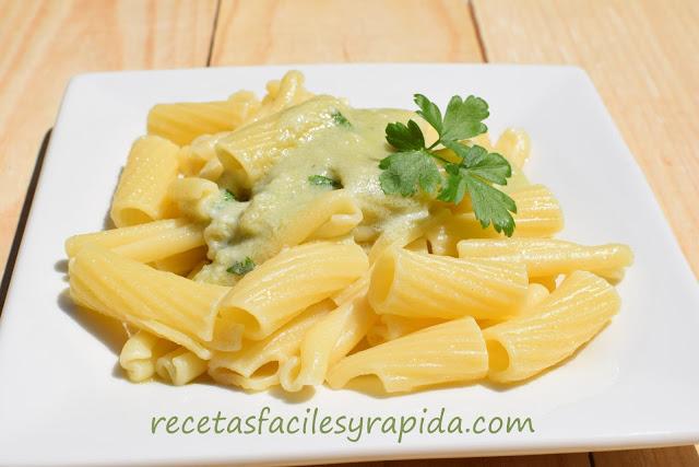 Macarrones con salsa de queso azul y ajo