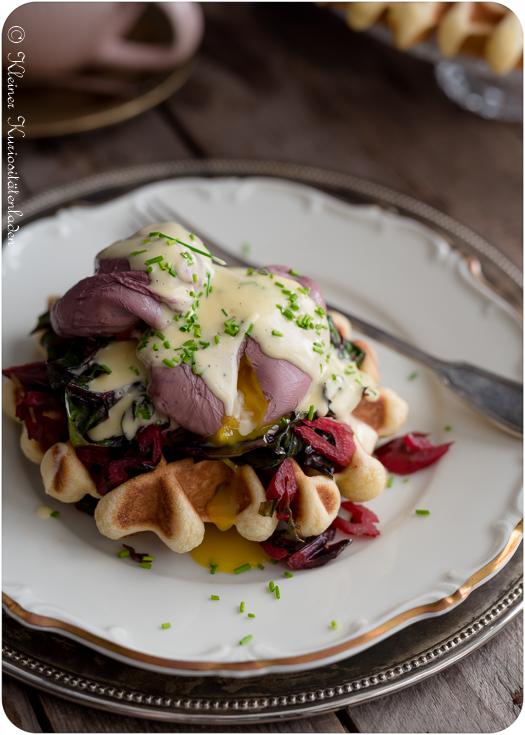 Briochewaffeln mit sautiertem Mangold, in Rotwein pochierten Eiern und Sauce Hollandaise