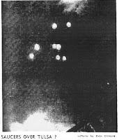 Fotografía de Platillos Volantes sobre Tulsa en julio de 1947