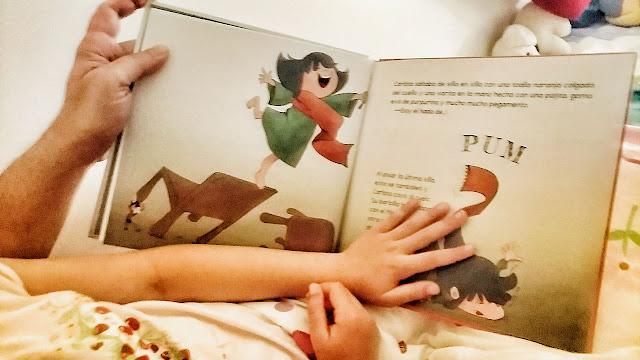 Leyendo el cuento juntos. Perdonad la calidad, pero la foto está hecha de noche y con poca luz.