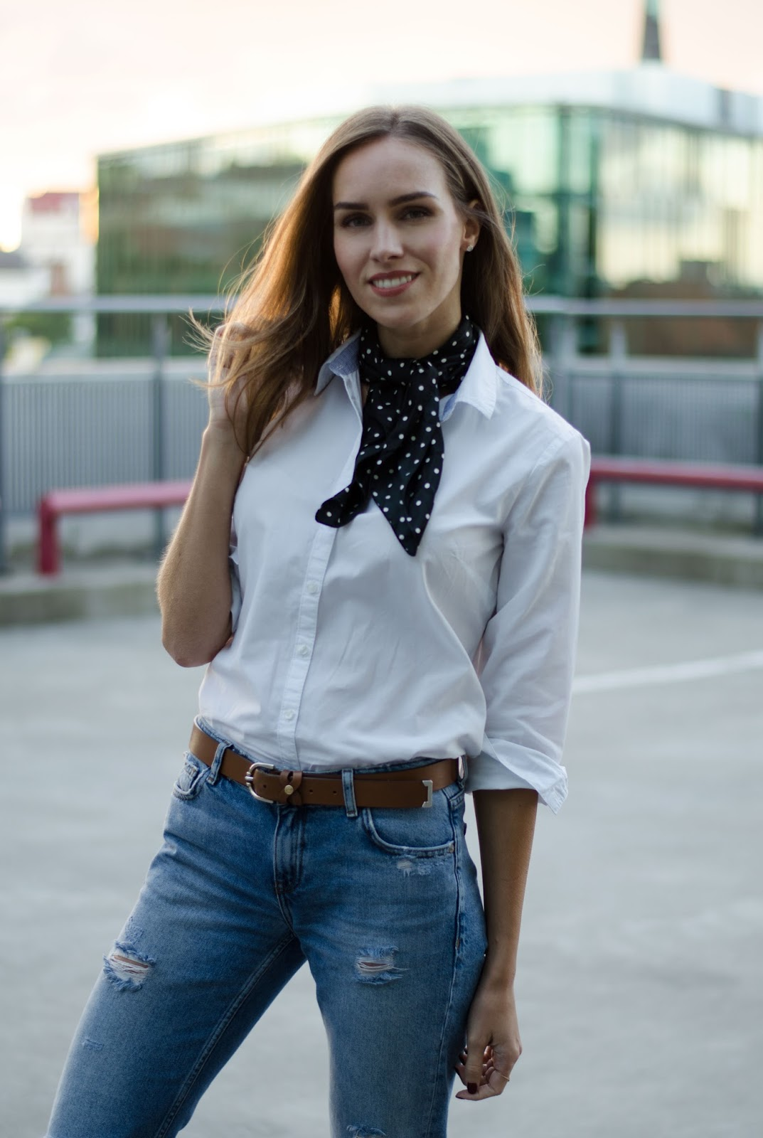 white shirt boyfriend jeans summer minimal outfit