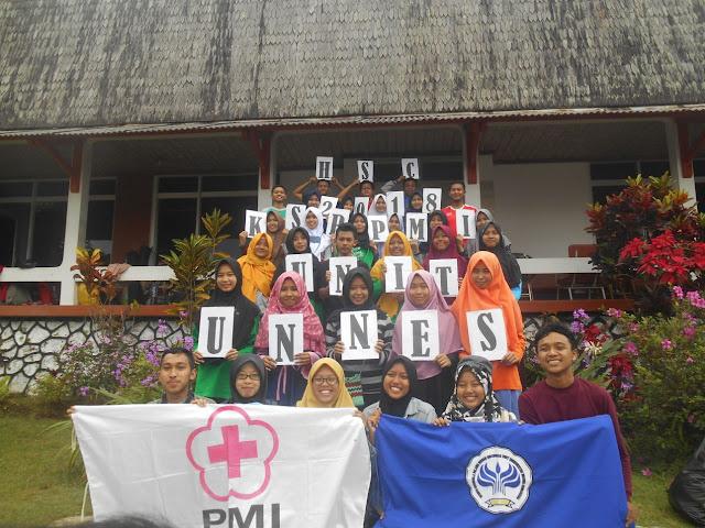 """Sabtu (21/04/2018) s.d. Minggu (22/04/2018), KSR PMI Unit UNNES mengadakan acara Harmony Siamo Camp (HSC) yang dilaksanakan di Villa 15 Bandungan, Semarang. HSC merupakan salah satu kegiatan KSR yang bertujuan untuk meningkatkan keakraban antar sesame anggota dan alumni KSR PMI Unit UNNES. Kegiatan ini diikuti 72 orang, yang terdiri dari anggota dan alumni KSR PMI Unit UNNES. Dimulai dari hari pertama, yaitu Sabtu, 21 April 2018, sekitar pukul 06.30 panitia berkumpul untuk melakukan persiapan terlebih dahulu sebelum berangkat ke tempat tujuan. Pukul 09.00 WIB peserta berangkat menuju tempat kegiatan yaitu  di Villa 15 Bandungan. Sepanjang perjalanan kendaraan dipenuhi dengan candaan dan nyanyian yang dilakukan oleh peserta. Tepat pukul 09.45 WIB peserta sampai dan langsung menurunkan dan menata barang di kamar yang sudah dibagi sebelumnya. Dilanjutkan dengan acara pembukaan di ruang utama Villa 15 Bandungan. Acara HSC dibuka oleh Wakil Ketua KSR PMI Unit UNNES yaitu Maulana Farhan Najib. """"Nikmati acaranya sesuai dengan yang direncanakan oleh sie acara, selamat bersenang-senang semoga tujuan dari kegiatan ini bisa tercapai."""" Ujar Wadan Farhan. Setelah makan siang, peserta diarahkan menuju lapangan untuk melakukan games yang terdiri dari balon kaget, punggungku spesial dan balon goyang. Selesai games peserta bersih diri, istirahat dan makan malam bersama, dilanjutkan dengan persiapan pensi masing-masing seksi bersama anak magang. Acara pensi berlangsung sangat meriah dan peserta sangat antusias untuk mengikuti acara tersebut. Acara pensi berakhir pada pukul 00.30 dan dilanjut istirahat. Minggu (17/04/2016), kegiatan dilanjutkan dengan senam pagi yang dipimpin oleh Ayu Sekar Pratiwi yang merupakan anggota KSR angkatan XXIX. Setelah acara senam selesai, peserta melakukan sarapan bersama dan dilanjutkan games yang terdiri dari gobak sodor, lomba makan kerupuk, dan balik kapal. Setelah games selesai, peserta melakukan bersih diri dan bersih-bersih tempat dan dilanjut deng"""