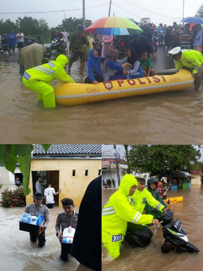 Polres Lamtim Bantu Korban Bajir