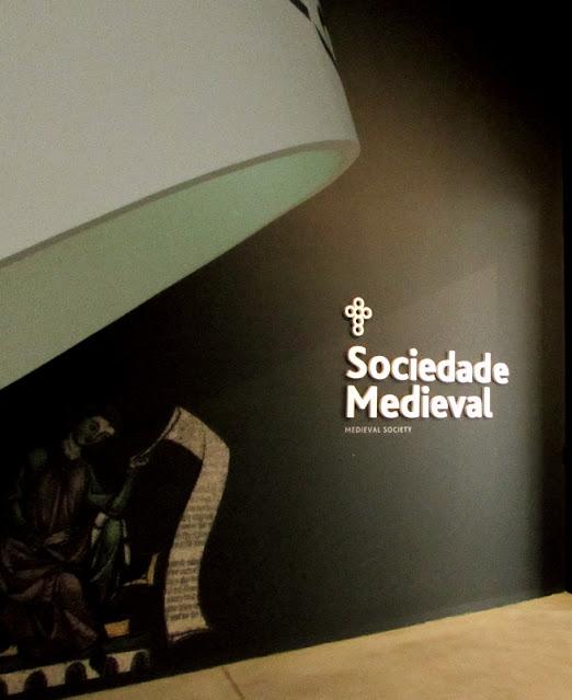 painel indicativo sobre a Sociedade Medieval no Centro de Interpretação do Românico
