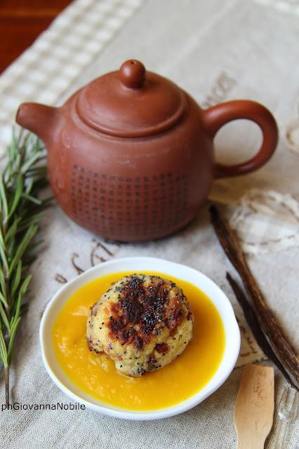 Polpettine di patate e prosciutto cotto su vellutata di zucca alla vaniglia