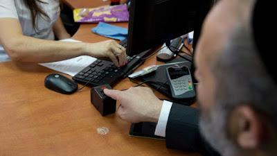Todos los residentes en Israel van a tener que ser registrados en una base de datos biométricos, que incluirá faciales de alta resolución, fotos y las huellas dactilares de ambos dedos índices, lo anuncio el ministro del Interior Arye Dery.