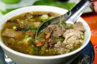 membuat makanan soto makasar untuk menu lebaran yang terampil