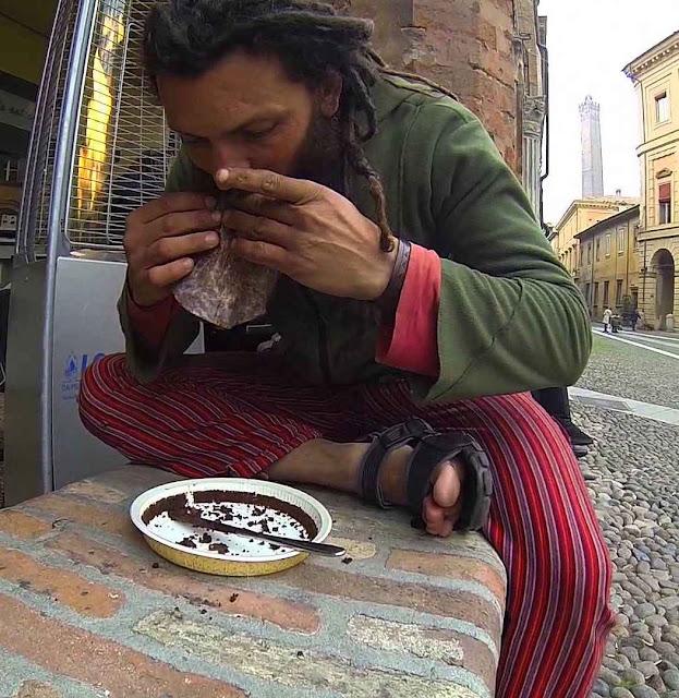 Pobres e sem-teto das ruas de Bolonha reprovaram a comida ecologicamente correta.